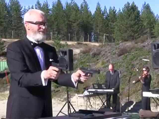 ロシアのおじさん!銃で演奏?